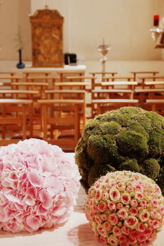 Atmosvert huwelijk in roze en wit