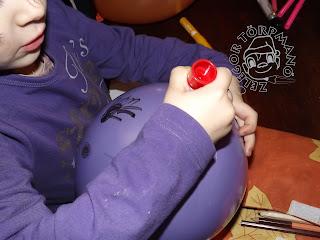 Szöveg: Ragasszátok fel a hajakat a babára!  Kép: Lila lufit ragaszt egy lila blúzos kezecske.