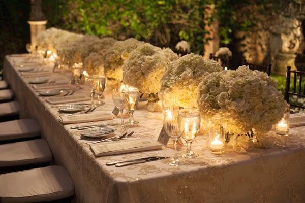 mesa nupcial con velas encendidas