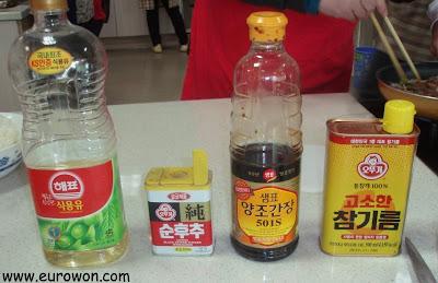 Aceite para freír, pimienta negra, salsa de soja y aceite de sésamo
