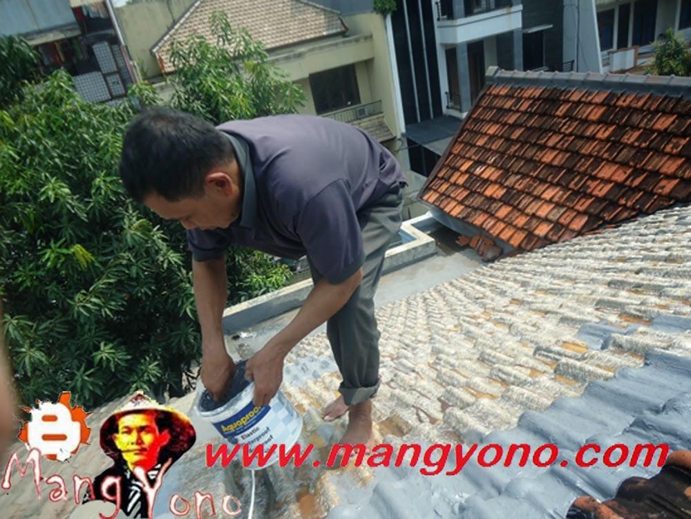 Mang Sukri sedang mengatasi atap rumah yang bocor