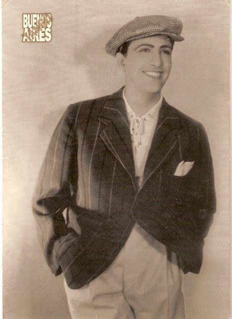 Hugo del Carril con gorro sonriendo