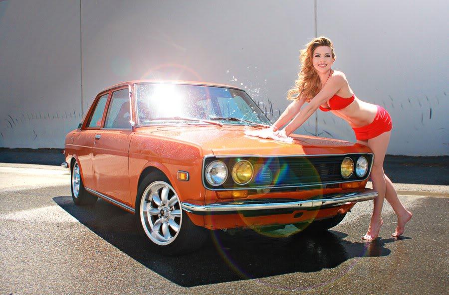 Datsun 510, mycie samochodu, car wash, blond, pomarańczowy, orange, laski, panny i auta