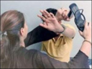 يدّعي السرقة لإخفاء ضرب خطيبته له - امرأة تضرب رجل - woman hit man