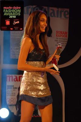 lisa_hayden_accepts_best_fahion_model_award_FilmyFun.blogspot.com