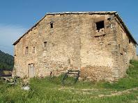En la façana de llevant s'hi aprecien les diferents etapes de construcció de la masia