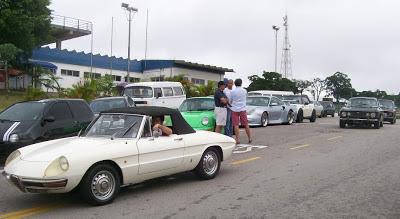 Aos poucos o estacionamento interno de Interlagos foi sendo tomado por raridades, entre elas alguns esportivos  da Alfa Romeo.