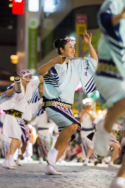 三鷹阿波踊り 国分寺連の女性の男踊り うちわ