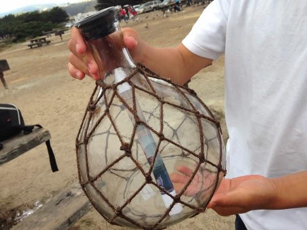 Il trouve sur la plage une bouteille échouée contenant un message