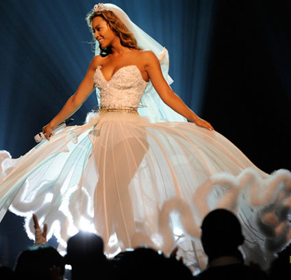 Beyonce wedding gown wedding pictures for Beyonce wedding dress pictures