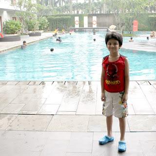 Berenang di Hotel Harris Sentul