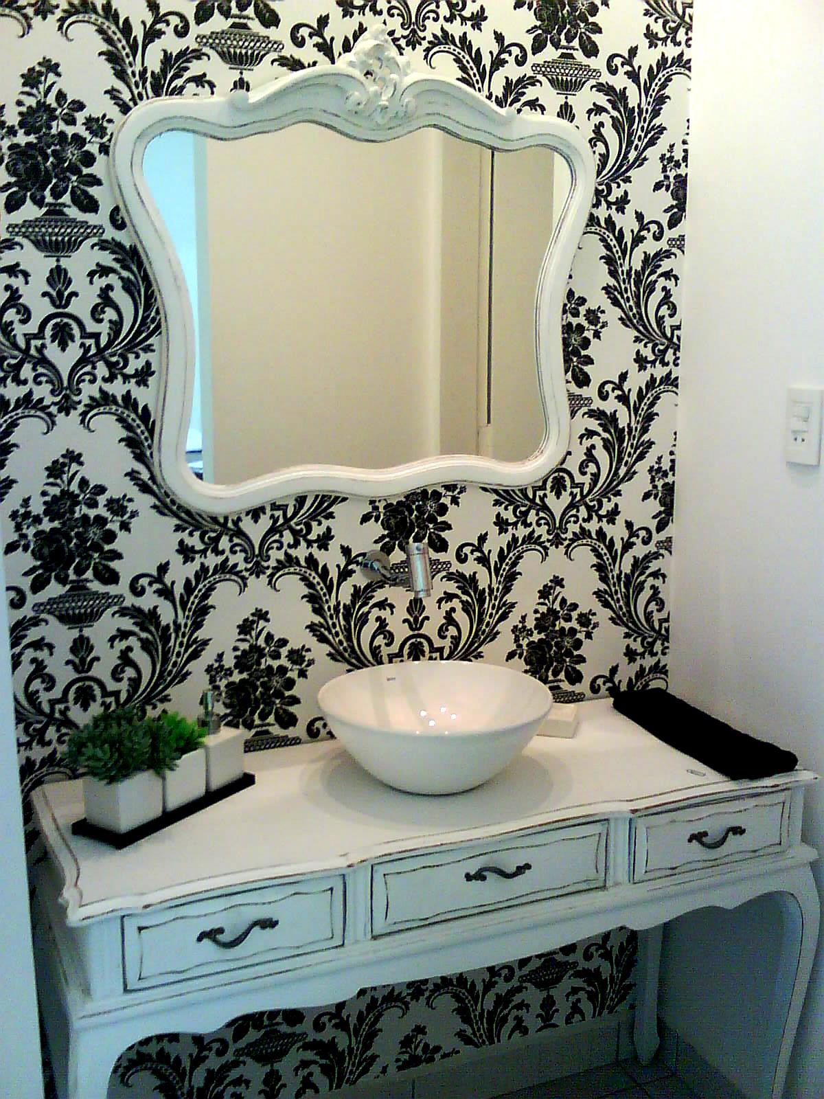 gosto da ideia do espelho sobre uma parede estampada #4E767D 1200 1600