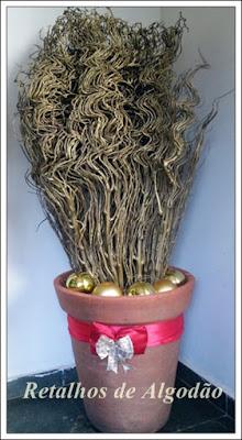 Arranjo de Natal rústico feito com galho seco e bolas douradas
