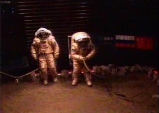 Imagen en que Diego y Alexandr comienzan su paseo por la superficie simulada de Marte