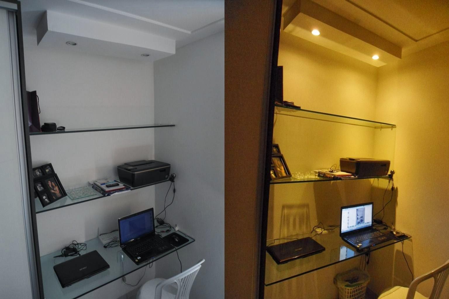 Escrivaninha de vidro ao lado do guarda roupas #B58A16 1536x1024