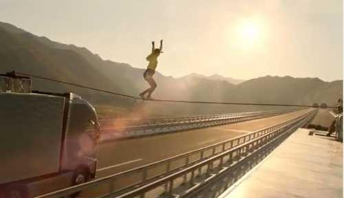 بالفيديو.. فتاة تمشي على حبل بين شاحنتين مسرعتين !!!