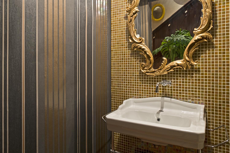 São 42 ambientes decorados com muita criatividade e sofisticação  #4E5B1D 1500x1001 Banheiro Com Pastilhas Douradas