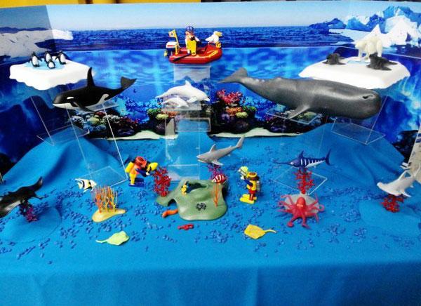 fondo de oceano con peces de plástico