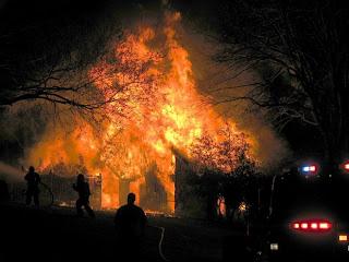 И обещание было сдержано. Волтер Бонд взял правосудие в свои руки и сжёг дом наркоторговца и его лабораторию по производству метамфетаминов. Пожарным пришлось потратить 17 часов на то, чтобы потушить пожар.