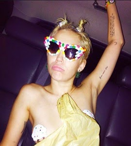 Miley Cyrus faz topless durante festa em Nova York