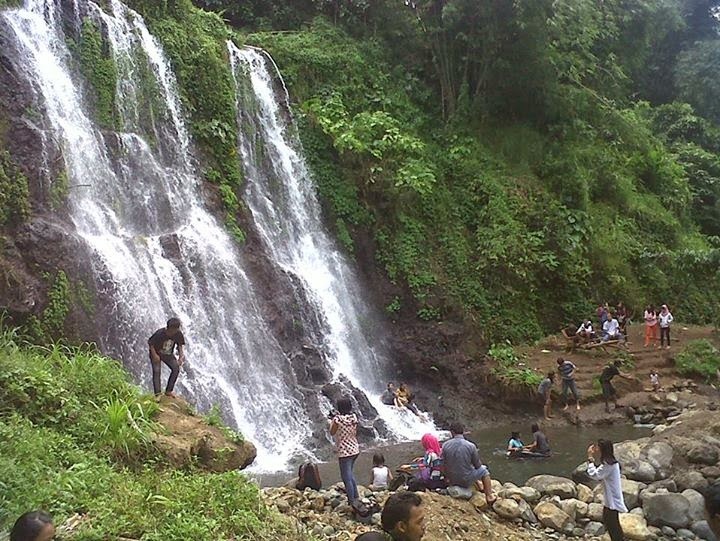 Air terjun Bersaudara alias air terjun Bidadari di Kampung Anyar, Kecamatan Glagah, Banyuwangi.