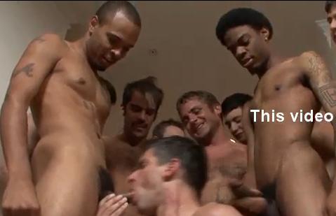 Chupa muitos caralhos em festa gay, maior putaria . Orgia entre machos safados.