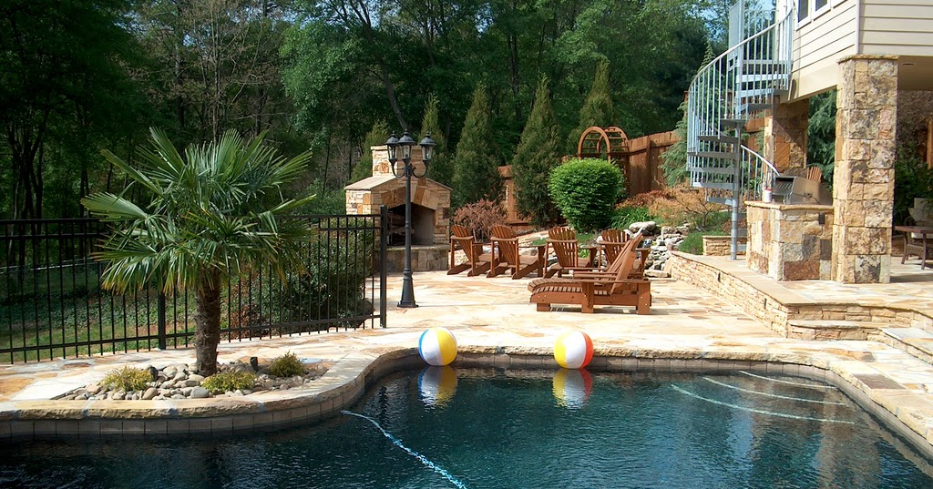 Patio con piscina y chimenea exterior patios y jardines for Piscinas en patios reducidos
