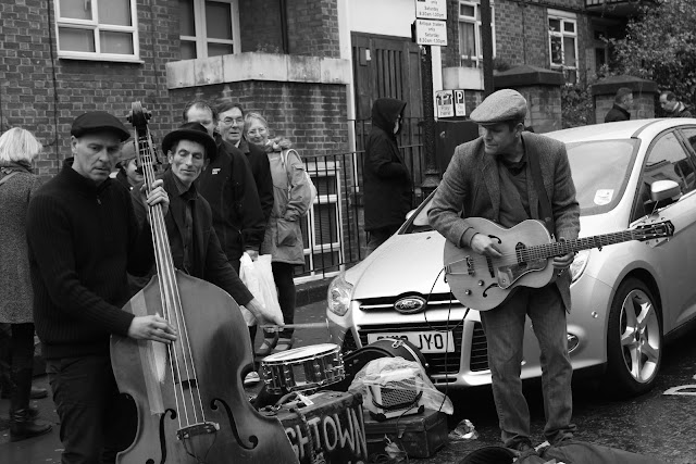street musicians at portobello market