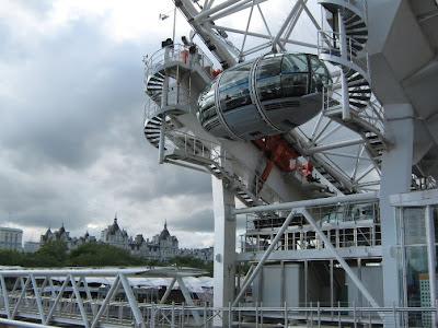 El London Eye. The London Eye. Turismo en londres. La estructura gira en forma constante a una velocidad lenta para de esa forma permitir que la gente pueda subir sin detenerse. El recorrido por las alturas de la ciudad dura aproximadamente 30 minutos.