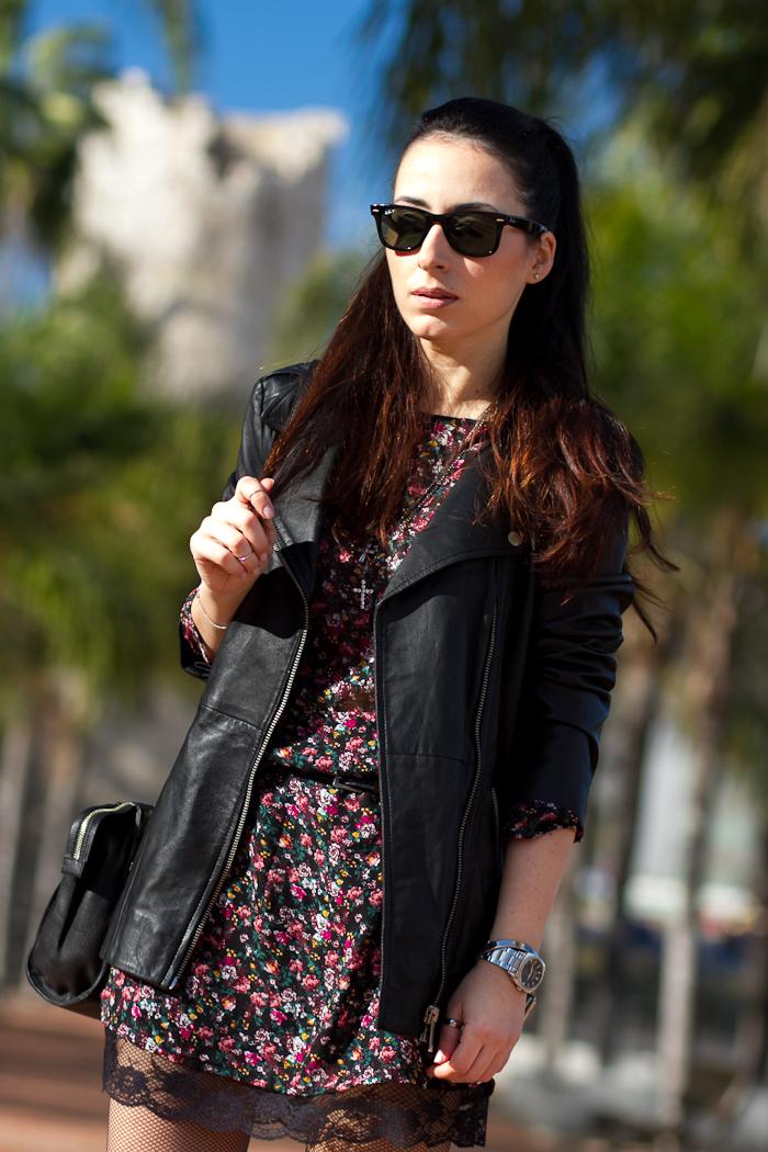 Bloguera Valencia estilo rockero con Ray Ban Wayfarer mini vestido de flores y encaje y cazadora de cuero de Zara