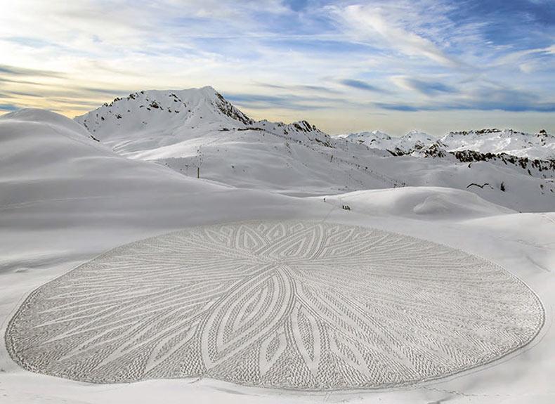 Artista uso brújula, cuerda y cinta de medición para crear impresionantes patrones artisticos en la nieve