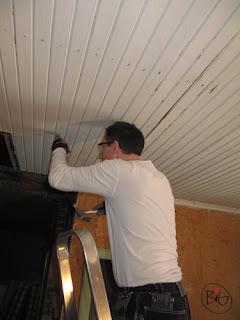 renovering av taket i stugan maken spikar in spikarna i taket