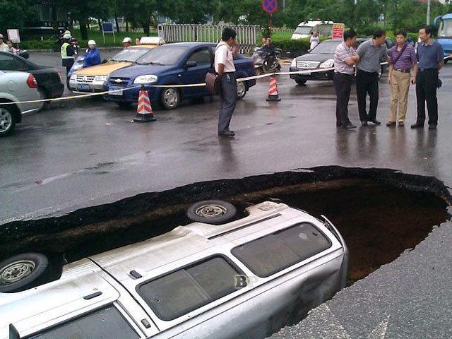 Minibus-Tertelan-Bumi-di-China_2