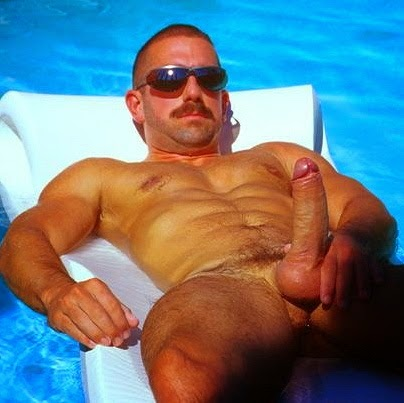 Quarentão de óculos peladão na piscina.