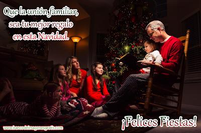 Familia unida junto al arbolito de Navidad con mensaje especial