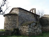 La façana nord amb una estructura pre-romànica de l'antiga església