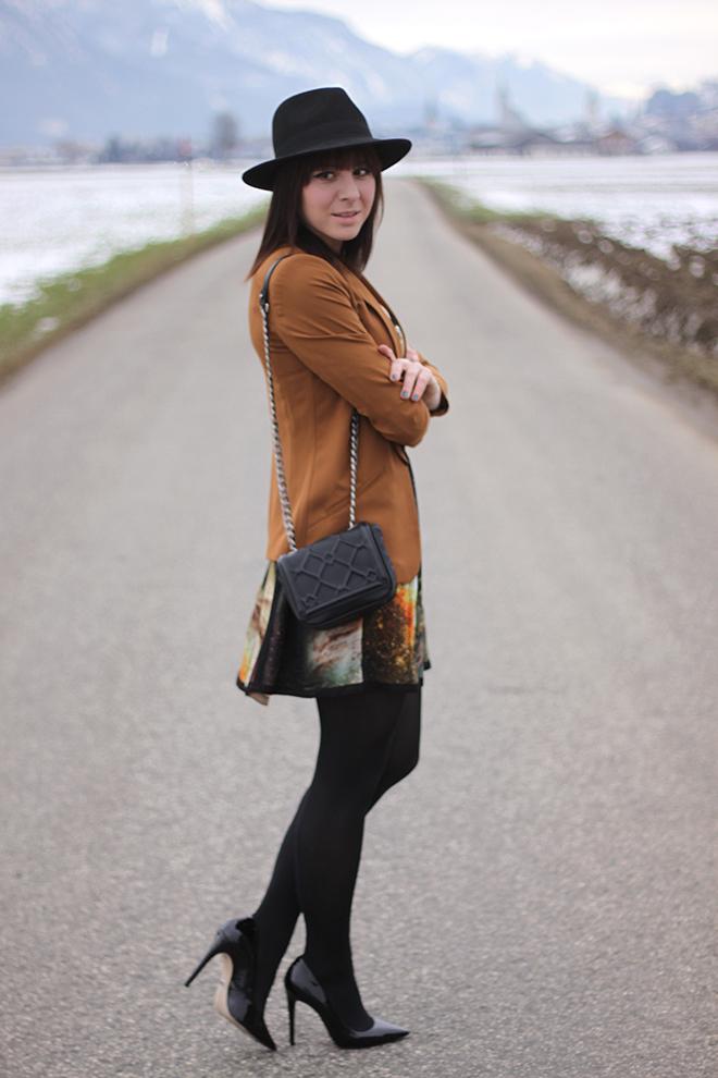 outfit-trend-fashionblogger-poppylux-kleid-galaxyprint-nieten-blazer-senfgelb-tasche-chainbag-zara-pumps-buffalo-sarenza