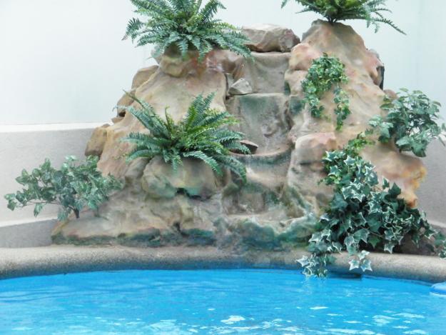 Especialistas en piscinas cascadas fuentes y for Cascadas de agua artificiales para jardin