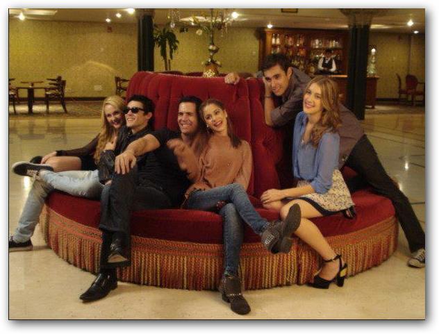 El grupo de Violetta en el hall de un hotel