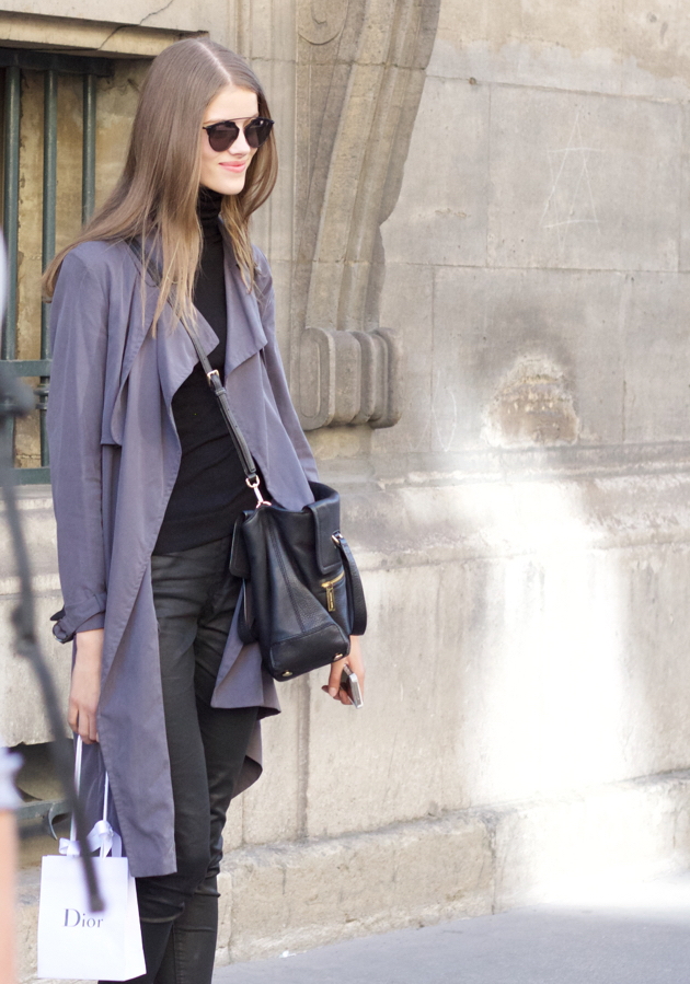 trench and all black look, model off duty