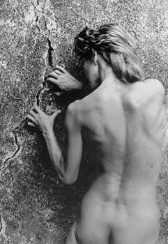 ella se desnuda en el paraíso/ de su memoria/ella desconoce el feroz destino de sus visiones