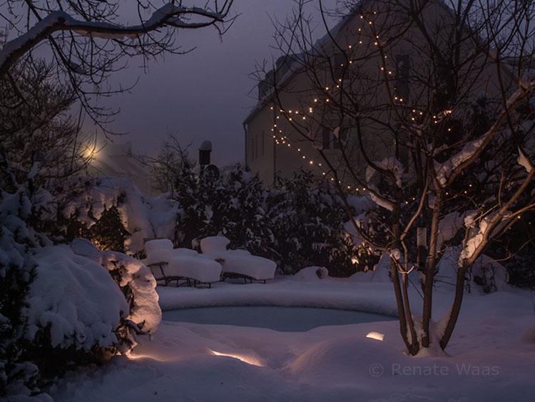 Im Winter ist der Blick vom drinnen in den beleuchteten Garten ganz besonders schön.