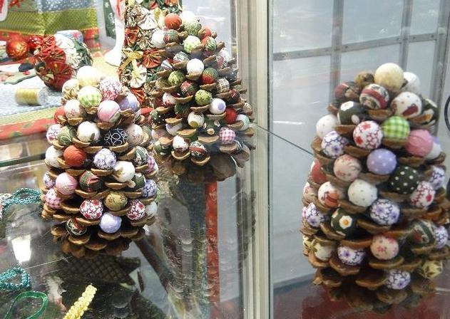 Como hacer manualidades navide as con pi a - Como hacer centros de navidad con pinas ...
