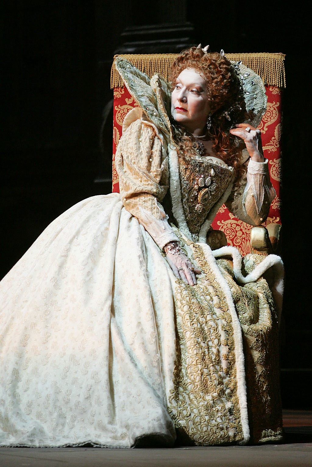 Nelly Miricioiu as Elisabetta in Roberto Devereux in Pordenone, 2008