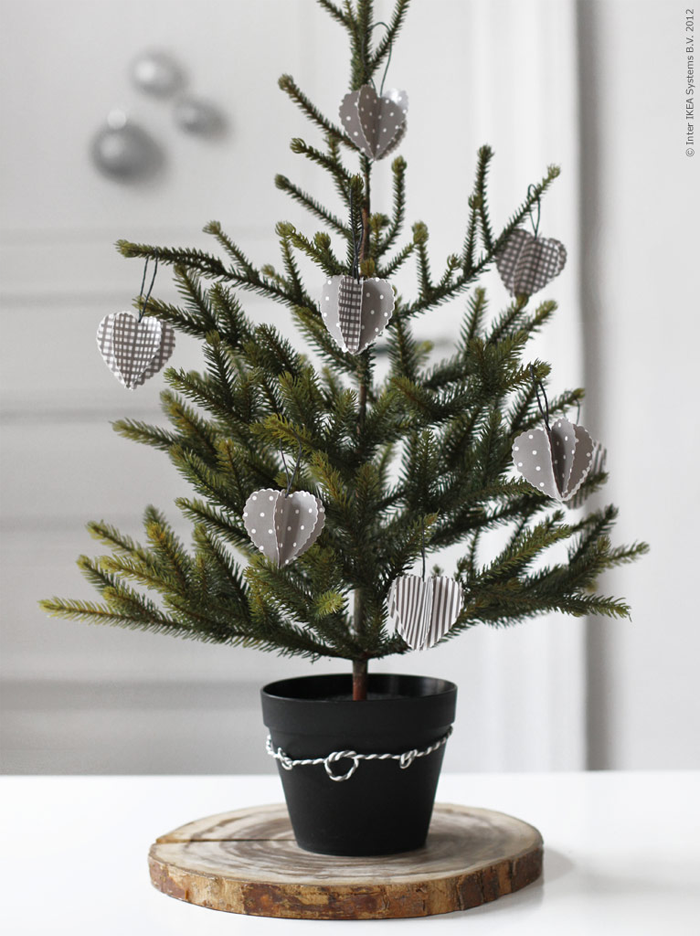 Designing home 10 simple accent trees for christmas for Small christmas decorations