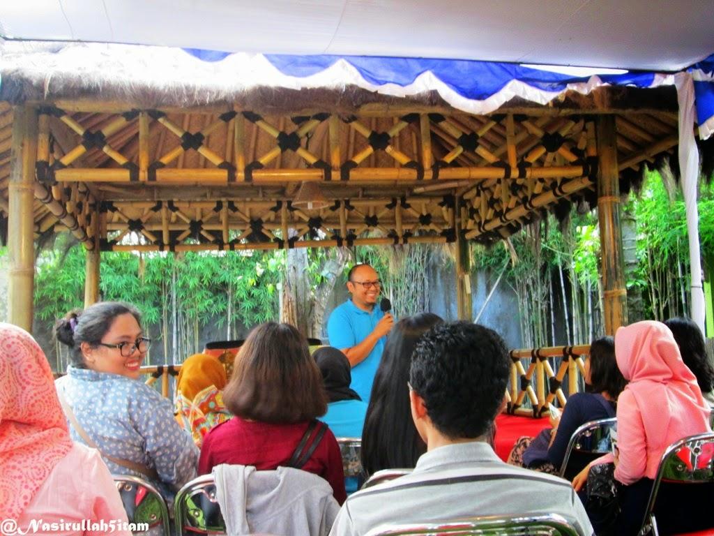 Pak Salman Faridi membuka acara sore obrolan santai di Saung Bentang