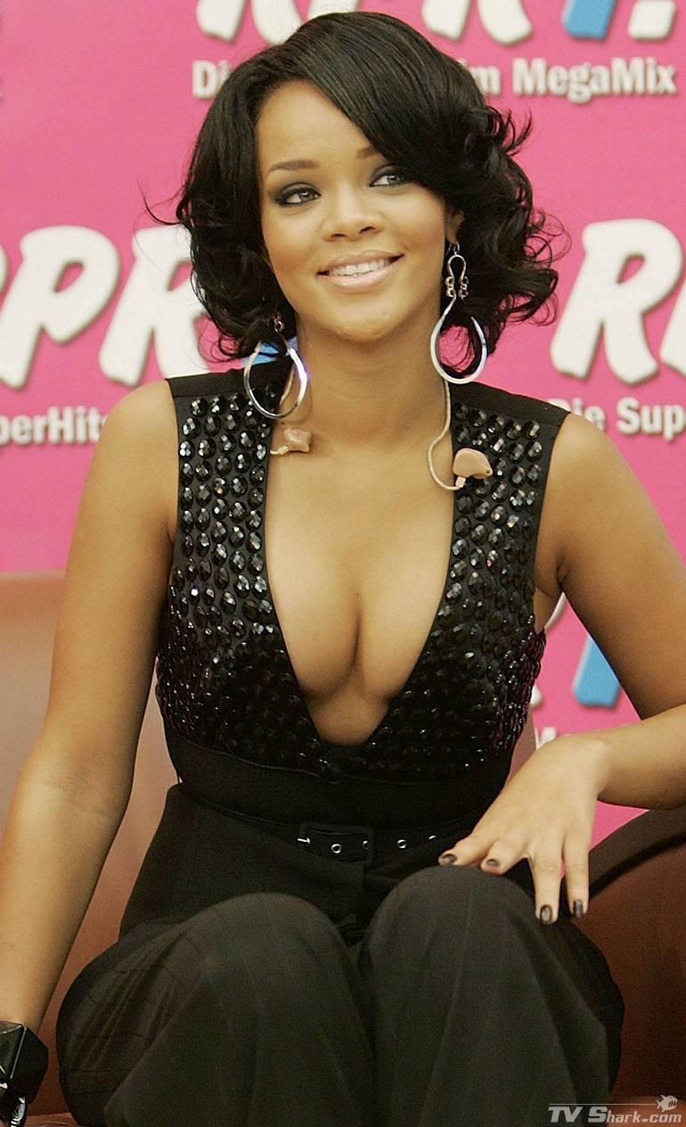 Celebrities Cleavage Pics Rihanna Cleavage Pics