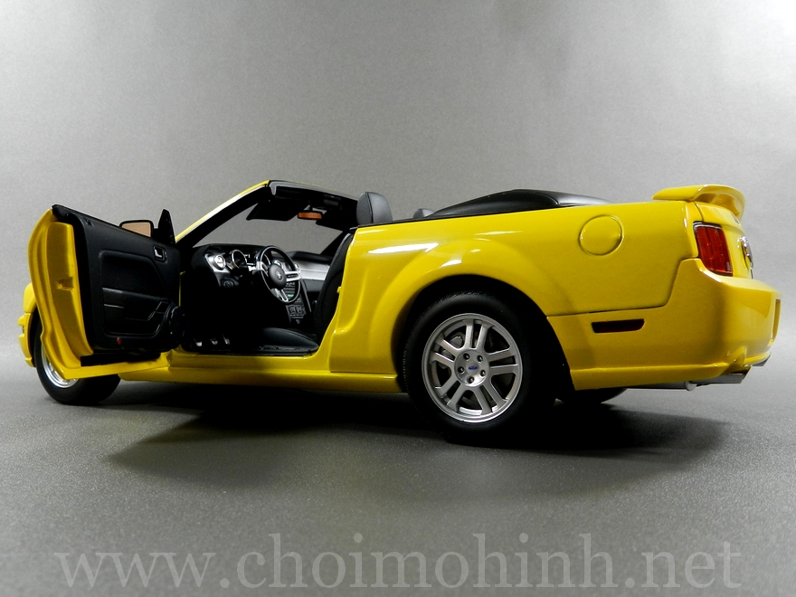 Ford Mustang GT Convertible 1:18 AUTOart door