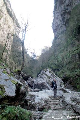 Tramo de camino rocoso junto al río.