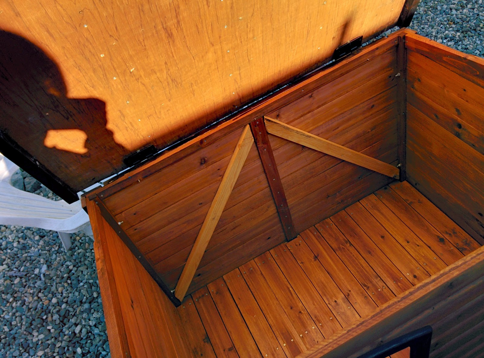 Hinged lid on doghouse/duckhouse